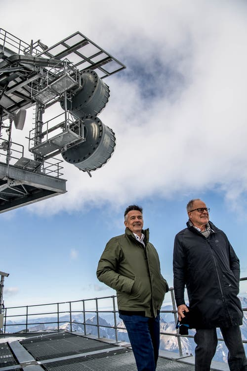 Hans Wicki, Verwaltungsratspräsident der Titlis-Bergbahnen (links) und Architekt Pierre de Meuron, auf dem Sendeturm. (Bild: Nadia Schärli (Engelberg, 5. November 2018))