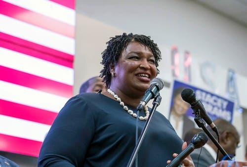 Stacey Abrams (Demokratin) aus Georgia. Sie gehörte zwischen 2007 und 2017 dem Repräsentantenhaus von Georgia als Abgeordnete an und war dort ab 2011 auch Vorsitzende der demokratischen Fraktion. (Bild: AP/Alyssa Pointer, Savannah, 5. November 2018)