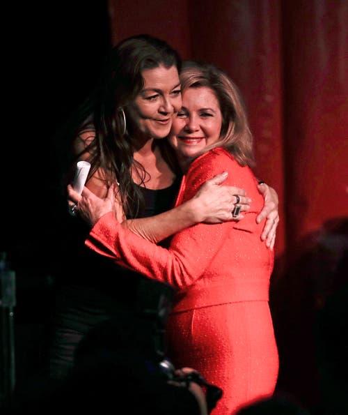 Die Republikanerin Marsha Blackburn wird von der Country Sängerin Gretchen Wilson nach ihrer Wahl in den Senat umarmt. (Bild: AP/Mark Humphrey, Franklin, 6. November 2018)