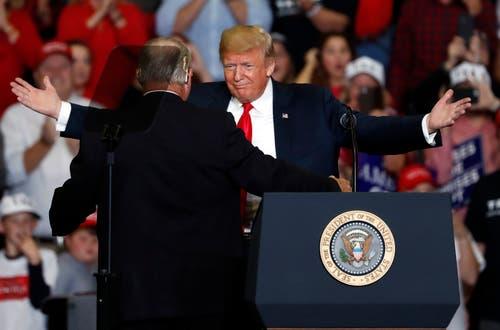 US-Präsident Donald Trump umarmt den konservativen Radiomoderator Rush Limbaugh während einer Wahlkampfveranstaltung am Montag. (Bild: AP/Jeff Rberson, Cape Girardeau, 5. November 2018)