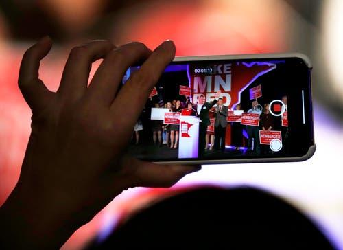 Der Republikaner Jim Newberger spricht in der Wahlnacht zu Gästen einer «Election Night Party». (Bild: AP/Andy Clayton-King, Bloomington, 6. November 2018)
