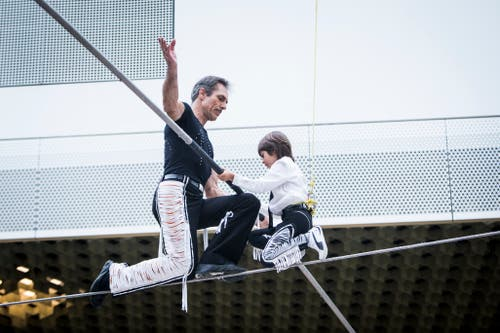 Freddy Nock zusammen mit seinem Sohn Leo (7) auf dem Hochseil in der Mall of Switzerland. (Ebikon, 8 November 2018)