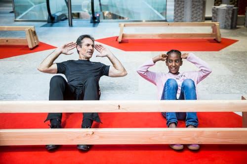 Freddy Nock gibt einen Balance-Workshop in der Mall of Switzerland. Im Bild: Freddy Nock gibt Teilnehmerin Elisa aus Buchrain Tipps zum Balancieren. (Ebikon, 8 November 2018)