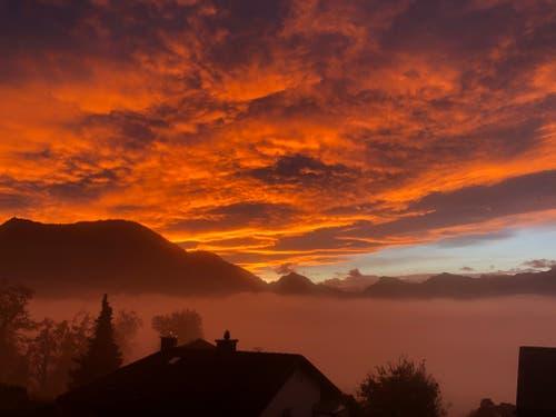 Unglaubliche Morgenstimmung in Meggen Richtung Rigi. (Bild: Chirsof Pifster (Meggen, 6. November 2018))