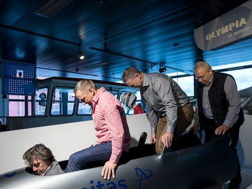 Die ehemaligen Bobfahrer Marcel Rohner, Reto Götschi, Ivo Rüegg und Hans Hiltebrand eröffnen die neue Ausstellung im Verkehrshaus. (Bild: Alexandra Wey / Keystone (Luzern, 8. November 2018))