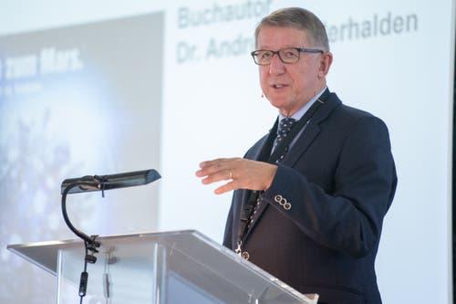 Andreas Anderhalden stellt sein neues Buch über die fast 100 jährige Firmengeschichte vor. (Bild: Boris Bürgisser, Sachseln, 9. November 2018)
