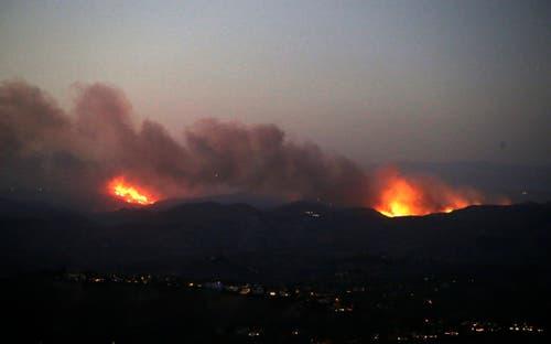 Die Flammen des Waldbrandes im Bell Canyon von oben. (EPA/MIKE NELSON)