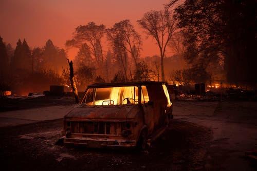 In der Stadt Paradise brennt ein Lieferwagen. (AP Photo/Noah Berger)