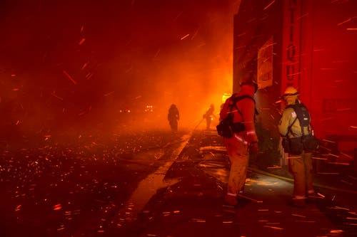 Nach Darstellung der Behörden waren im Bezirk Butte County 15'000 Häuser von den Flammen bedroht. (EPA/PETER DASILVA)