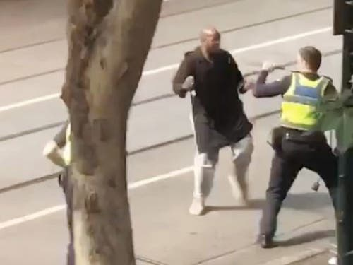Ein Sceenshot eines Handyvideos zeigt den Angriff auf einen Polizisten. (Bild: Keystone/EPA AAP/STR)