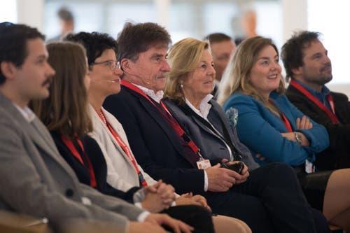 Rund 230 Gäste feierten mit Maxon den Meilenstein. In der Bildmitte Frau Landammann Maya Büchi (weisse Jacke) neben Hauptaktionär Karl-Walter Braun. (Bild: Boris Bürgisser, Sachseln, 9. November 2018)