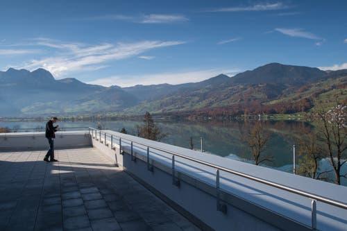 Von der Dachterasse des neuen Innovation Centers geniesst man eine herrliche Aussicht. (Bild: Boris Bürgisser, Sachseln, 9. November 2018)
