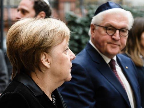 Die deutsche Kanzlerin Angela Merkel und Bundespräsident Frank-Walter Steinmeier vor dem Gedenkanlass in der Berliner Synagoge Rykestrasse. (Bild: KEYSTONE/EPA/CLEMENS BILAN)