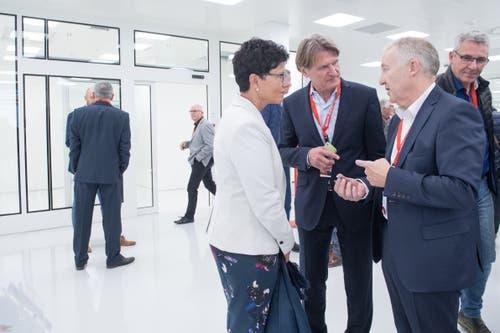 Maxon-CEO Eugen Elmiger (rechts) zeigt Frau Landammann Maya Büchi die Reinräume, wo die Motoren für die Medizintechnik produziert werden. In der Bildmitte Maxon Verwaltungsrat Martin Zenhäusern. (Bild: Boris Bürgisser, Sachseln, 9. November 2018)
