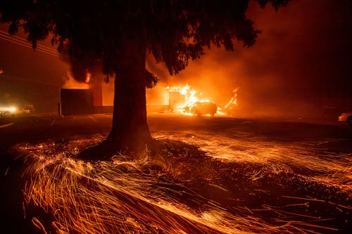 "Flammen fressen sich durch ein Restaurant der Kette ""Kentucky Fried Chicken"" in Paradise. (AP Photo/Noah Berger)"
