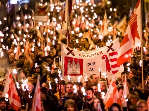 Hunderte gegen den Verbleib bei Bern: Kundgebung in Moutier vom Freitagabend. (Bild: KEYSTONE/JEAN-CHRISTOPHE BOTT)