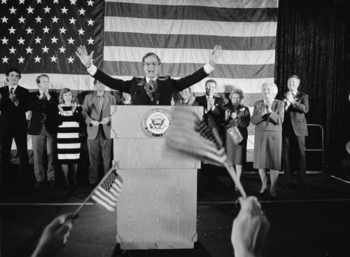 Im November 1984: George Bush wird begrüsst, nach seiner Wiederwahl als Vize-Präsident. (Bild: AP Photo/F. Carter Smith, File)