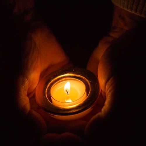 Wärmendes Kerzenlicht. (Bild: Priska Ziswiler-Heller, 29. November 2018))