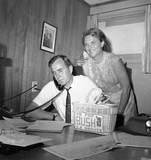 George H.W. Bush und seine Frau Barbara Bush. (Bild: AP Photo/Ed Kolenovsky, File, 6. Juni 1964)