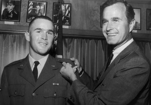 George H.W. Bush, rechts, und sein Sohn George W. Bush. (Bild: AP Photo, File)