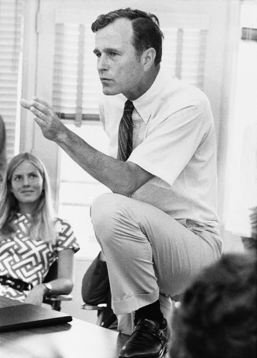 Im Jahr 1970: George H.W. Bush redet mit jungen Menschen in Texas. (Bild: AP Photo/File)