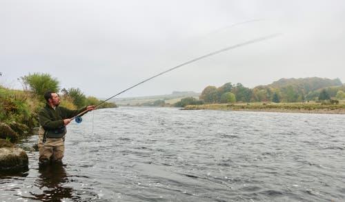 Lachsangler im schottischen Fluss Dee.
