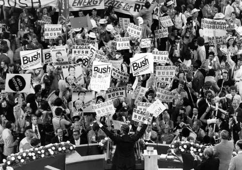 George H.W. Bush, Mitte, bei einer Wahlveranstaltung. (Bild: AP Photo/File)