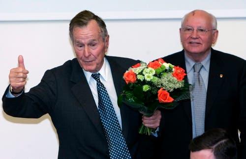 George H. W. Bush (links) und der ehemalige sowjetische Präsident Mikhail Gorbachev in in Moskau. (Bild: EPA/SERGEI CHIRIKOV, 23. Mai 2005)