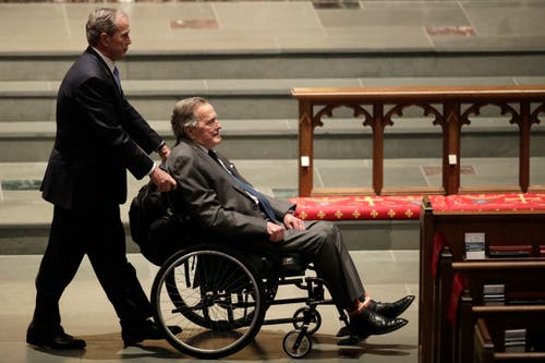 Sein Sohn George W. Bush, links, und George H.W. Bush in der Kirche an der Beerdigung der ehemaligen First Lady, Barbara Bush, 2017. (Bild: AP Photo/David J. Phillip, File)