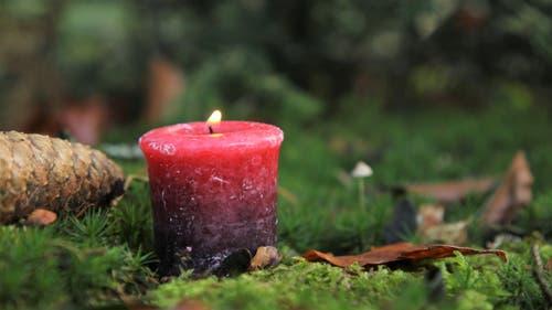 1.Advent: Die erste Kerze brennt für Stille, Ruhe und Herzlichkeit. (Bild: Irene Wanner (17. November 2018))