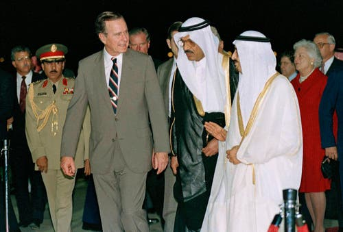 George H.W. Bush wird von König Fahd in Saudi Arabien empfangen. (Bild: AP Photo/J. Scott Applewhite, File)