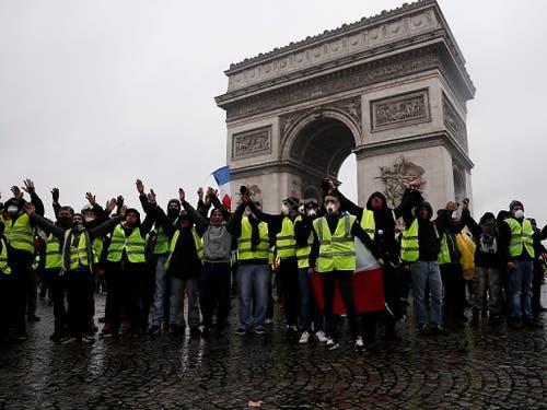 Landesweit beteiligten sich am Samstag knapp 36'000 Menschen an den Protesten gegen die Politik der französischen Regierung, in Paris waren es nach Regierungsangaben rund 5500, darunter rund 1500 gewaltbereite «Unruhestifter». Über 100 Demonstranten wurden festgenommen. (Bild: KEYSTONE/EPA/ETIENNE LAURENT)