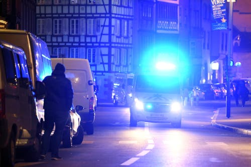 ...und Krankenwagen waren im Einsatz. (Bild: EPA/PATRICK SEEGER)