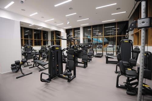 Mehrere Fitnessgeräte stehen den Gästen zur Verfügung. (Bild: Urs Hanhart (Andermatt, 11. Dezember 2018))
