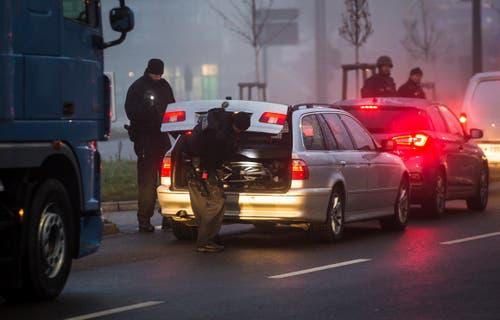 Polizisten kontrollieren die Autos am Grenzübergang zwischen Deutschland und Frankreich. (Bild: dpa/Christoph Schmidt)