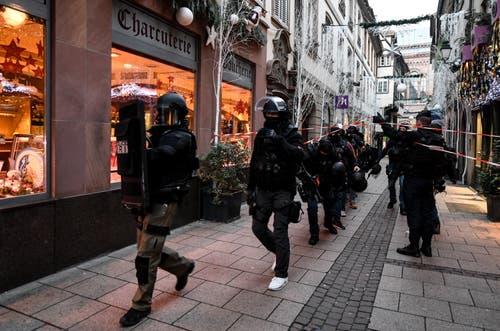 620 Einsatzkräfte sind momentan in Strassburg unterwegs. (Bild: EPA/Patrick Seeger)