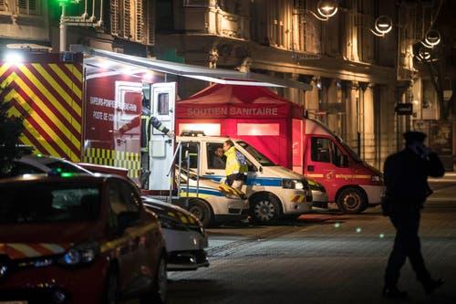Rettungskräfte patroullieren nach der Schiesserie im Stadtzentrum und haben ihre mobilen Notfall-Stationen aufgebaut. (AP Photo/Jean-Francois Badias)