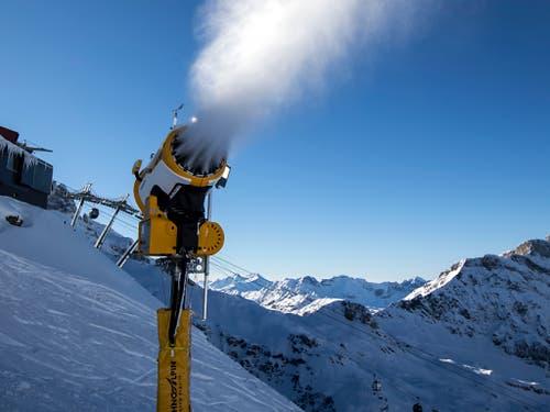Sorgt für gute Unterlage zum Beginn der Saison: Eine Schneekanone ob Engelberg. (Bild: KEYSTONE/ALEXANDRA WEY)
