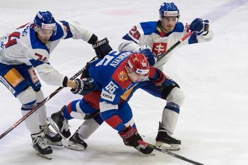 Ilya Mikheyev, Mitte, aus Russland spielt gegen die Slowaken Martin Chovan, rechts, und Branislav Rapac, links. (Bild: KEYSTONE/Urs Flueeler (Luzern, 13. Dezember 2018))