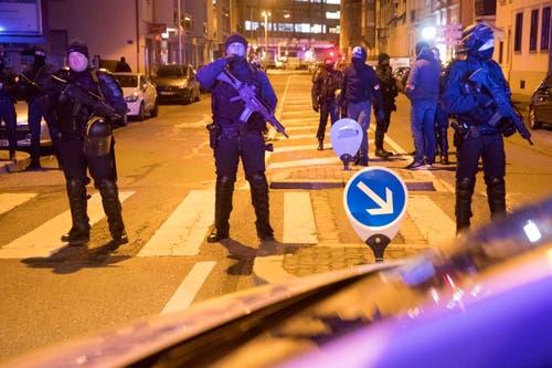 Polizisten sperren Strassen im Meinau Bezirk in Strassburg am Donnerstagabend. (Bild: AP Photo/Jean-Francois Badias)