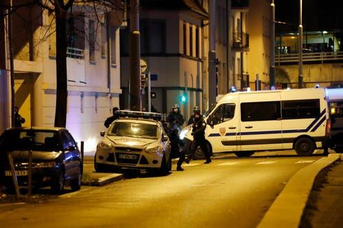 Französische Polizisten unterwegs in Strassburg am Donnerstagabend. (Bild: AP Photo/Christophe Ena)