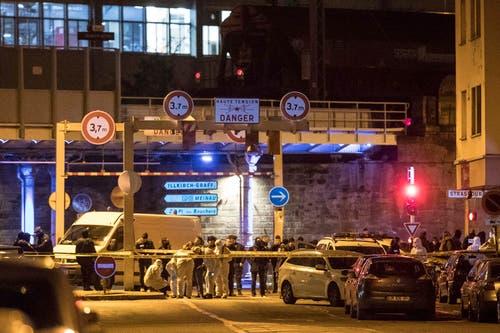 Polizisten führten in Strassburg Razzien durch. In diesem Bezirk wurde die Strasse gesperrt. Am Donnerstagabend wurde der mutmassliche Täter erschossen. (AP Photo/Jean-Francois Badias)