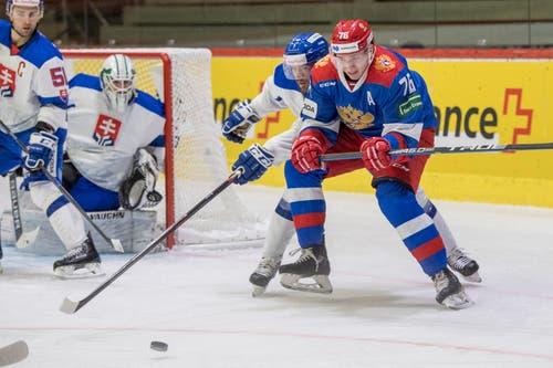 Andrei Chibisov, rechts, Russland, gegen den Slowaken Martin Stajnoch, Zweiter von rechts. (Bild: KEYSTONE/Urs Flueeler (Luzern, 13. Dezember 2018))