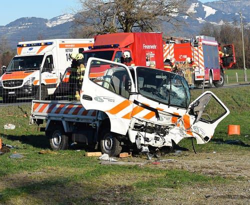 Reichenburg - 13. Dezember 2018Bei einem Zusammenstoss eines Autos mit einem Lieferwagen beim Autobahnzubringer in Reichenburg sind die beiden Lenker schwer verletzt worden.