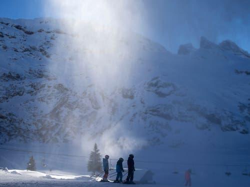 Skipisten im Skigebiet Titlis oberhalb Engelberg werden künstlich eingeschneit. (Bild: KEYSTONE/ALEXANDRA WEY)
