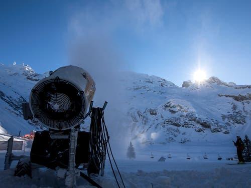 Eine Schneekanone ist im Einsatz im Skigebiet Titlis oberhalb Engelberg OW. (Bild: KEYSTONE/ALEXANDRA WEY)