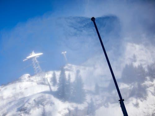 Werden stationär eingesetzt: Schneelanze beschneit die Skipiste am Titlis. (Bild: KEYSTONE/ALEXANDRA WEY)