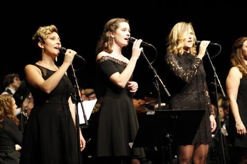 Die Sängerinnen Clelia Arnold, Noemi Auf der Maur und Lise Kerkhof am Konzert mit dem Titel One Night In New York des Musikvereins Seedorf. (Bild: Florian Arnold, 1.12.2018)