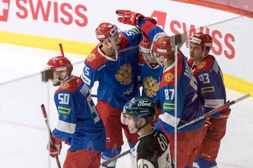 Die russischen Spieler freuen sich über das 2:0. (Bild: KEYSTONE/Urs Flueeler (Luzern, 13. Dezember 2018))