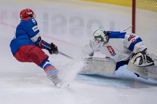 Denis Zernov, links, vor dem Goal. (Bild: KEYSTONE/Urs Flueeler (Luzern, 13. Dezember 2018))